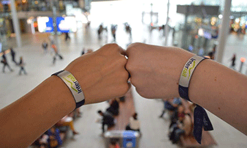 Interrail-wristband-friends-travelling-together