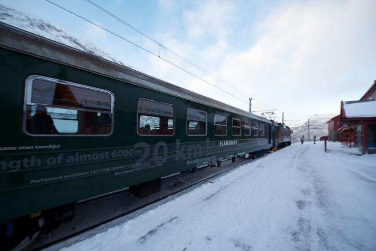 flam_railway_at_platform_in_winter