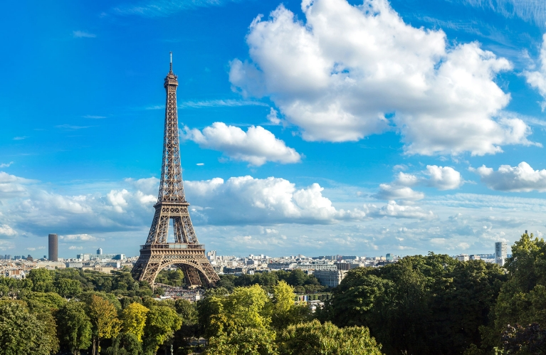 france-paris-view-on-the-eiffel-tower-sunny-day-early-bird