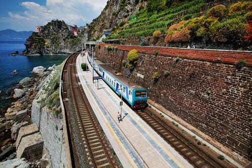 train_in_manarola_railway_station_cinque_terre_italy